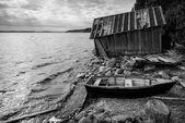 Old wooden fishing boat on lake coast — Stock Photo