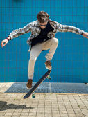 Skateboarder jumping in city — Stock Photo