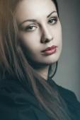 Mörka färger porträtt av vacker kvinna — Stockfoto