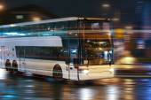 Bus moves in the night city — Stockfoto