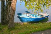 Boat with oars near coast — Stock Photo