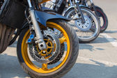 Motocicletas en estacionamiento — Foto de Stock