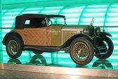 Ancienne voiture dorée — Photo