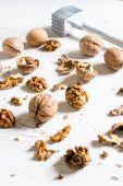 Raw walnuts and metal hammer — ストック写真