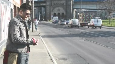 Man motionlessly is on the street — 图库视频影像