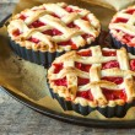 Pie stuffed with strawberries sauce — Stock Photo #73244357