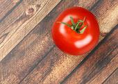 Tomate sobre fondo de madera — Foto de Stock