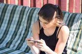Meisje kijkend naar telefoon — Stockfoto