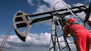 Worker at Pump Jack Oil Well — Stock Video