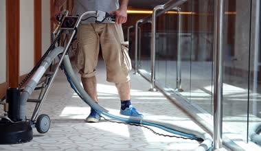 Worker with carpet cleaning machine — Stock Video