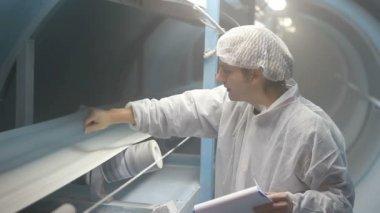 砂糖生産のプロセスの監視官 — ストックビデオ