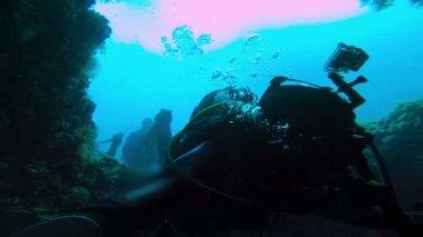 Scuba Divers Descending into Cave — Stock Video