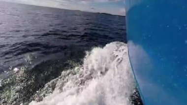 Boat Cutting Through The Waves — Stock Video