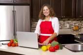 Mujer en la cocina — Foto de Stock
