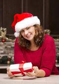 Noel hediyesi tutan kadın — Stok fotoğraf