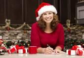 女人写作圣诞贺卡 — 图库照片