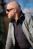 Stylish man in sunglasses enjoying the sun — Stock Photo