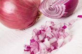 Fresh finely diced red onion — Stock fotografie