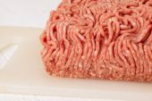 Block of commercial beef mince from a store — Stockfoto