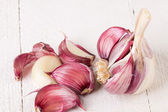 Fresh garlic bulb with loose cloves — Stock Photo