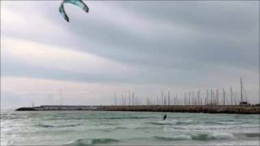 Kite surfer in ocean — Stock Video