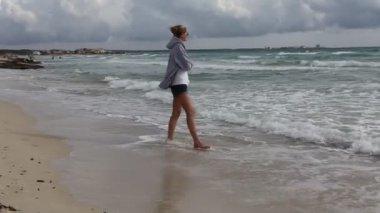 Woman walking on the beach — Stock Video