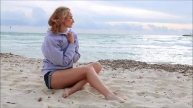 Woman sitting on the beach — Video Stock