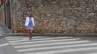 Woman on pedestrian crossing in street — Stok video