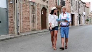 Couple of tourists using map — Stok video