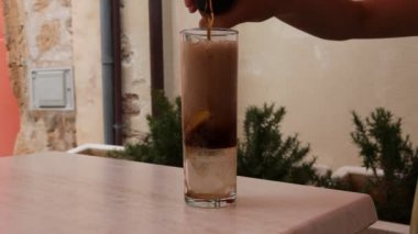 Fresh lemonade filled in a glass — Stock Video