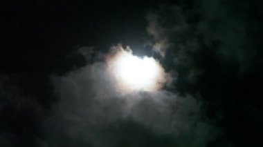 Vollmond hinter wolken — Stockvideo