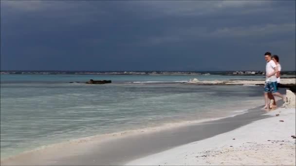 Couple s'amuser sur la plage — Vidéo