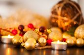 Warm gold and red Christmas candlelight background — Photo