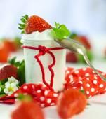 Fresh strawberries with healthy yogurt — Stock Photo