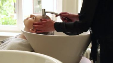 Attractive young woman in beauty salon — Stock Video