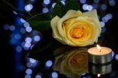 Róża i małe zapaloną świeczkę — Zdjęcie stockowe