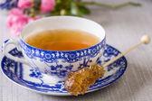 Чашка свежезаваренного черного чая — Стоковое фото