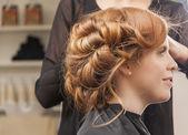 Attrayante, jeune femme en fauteuil de coiffure — Photo