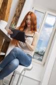 Röda haired kvinna använder tablet — Stockfoto