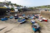 Boats in Coverack harbour Cornwall England UK coastal fishing village on the Lizard Heritage coast South West England on a sunny summer day — 图库照片