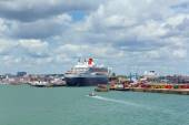 Queen Mary 2 ocean going transatlantic liner and cruise ship at Southampton Docks England UK in summer on calm day with blue sky — Stock Photo
