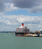 Queen Victoria cruise ship at Southampton Docks England UK in summer on calm day with blue sky — Stock fotografie