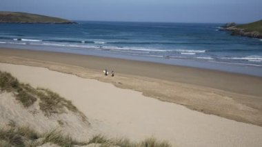 Crantock bay and beach North Cornwall England UK near Newquay and on the South West Coast Path in spring with blue sky and sea — Stock Video