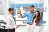 Venditore di auto invita i clienti a Showroom. — Foto Stock