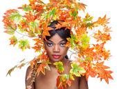 美丽的年轻女子,裹在叶子 — 图库照片