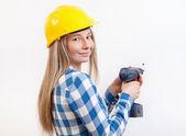 Frau macht die Diy Arbeit und tragen Schutzhelm — Stockfoto