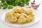 Cauliflower baked with egg and herbs — Stock Photo