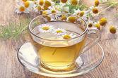 Kruiden thee met kamille bloemen — Stockfoto
