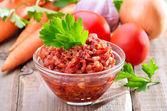Tomatensaus in glazen kom — Stockfoto