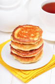 Breakfast with curd pancakes and tea — Stock Photo